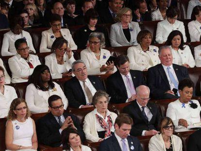 Congresistas demócratas vestidas de blanco durante el discurso de Trump.