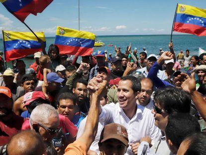 Juan Guaidó junto a sus simpatizantes, este jueves en Venezuela.