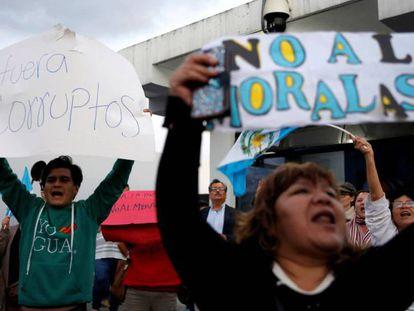 Manifestantes protestan contra Jimmy Morales, este mes en Ciudad de Guatemala.