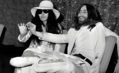 John Lennon y Yoko Ono, en Londres en 1969.