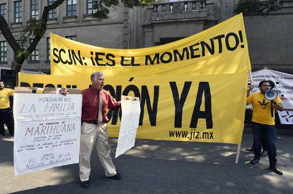 Manifestantes a favor y en contra de la marihuana en Ciudad de México.