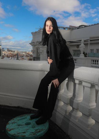 Milena Smit, la actriz de 24 años que protagonizará 'Madres paralelas', la próxima película de Pedro Almodóvar, posando en la terraza de Gran Vía, 40.