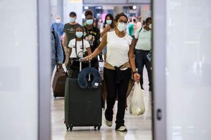 Un grupo de pasajeros a su llegada al aeropuerto de Barajas, en Madrid, el pasado lunes.