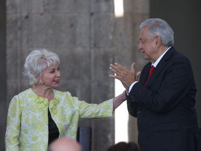 López Obrador con la escritora chilena Isabel Allende, durante la conmemoración del natalicio de Simón Bolívar en Ciudad de México.