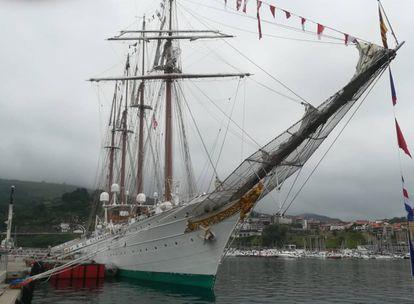 El buque escuela 'Juan Sebastián Elcano' atracado en el puerto de Getaria.