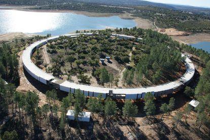 Anillo del Centro de Tecnificación de Actividades Físico-Deportivas, de José María Sánchez en Guijo de Granadilla (Cáceres); anterior incluso al de Apple en California.