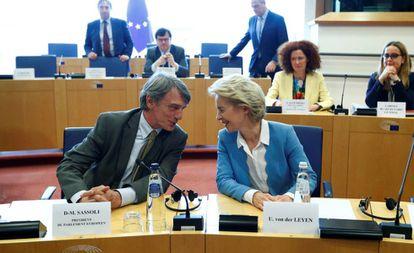 Von der Leyen conversa con el presidente de la Eurocámara, David Sassoli.