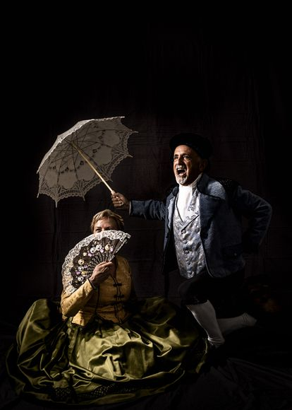 Dos miembros de Goyescos de Fuendetodos, ataviados con trajes de época. Esta asociación recupera las tradiciones, bailes y vestuario de los tiempos de Goya.
