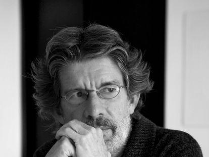 El escritor colombiano Tomás González, en una imagen promocional de 2012.