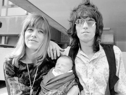 Anita Pallenberg y Keith Richards el 18 de agosto de 1969 salen de un hospital de Londres tras el nacimiento de su hijo Marlon.