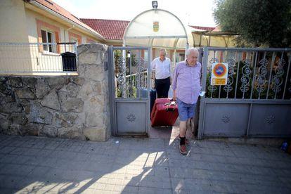 Un hombre abandona el centro con su hermano, interno en la residencia.