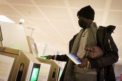 Un migrante senegalés toma un vuelo a Madrid desde Canarias.