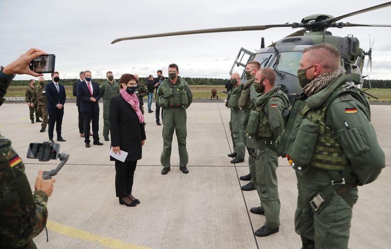 La ministra de Defensa alemana, Annegret Kramp-Karrenbauer, durante una visita a las tropas este viernes en Fassberg, al norte de Alemania.