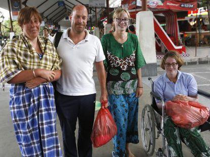 Supervivientes holandeses y alemanes del naufragio, en el Aeropuerto Internacional de Ngurah Rai en Bali, el 19 de agosto de 2014.