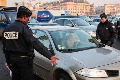 La policía controla, este lunes, el cumplimiento de las restricciones de circulación por la contaminación en París.