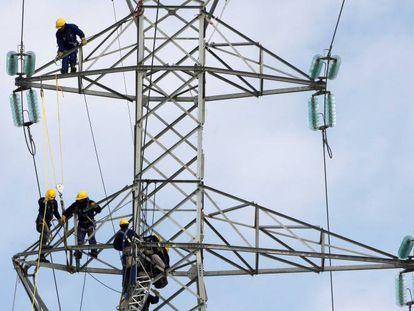Operarios reparando el tendido eléctrico
