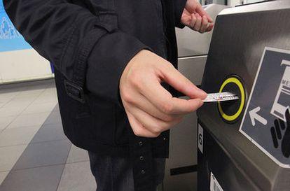 Un usuario de Metro introduce un tique en el torno de acceso.