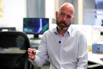 El periodista colombiano Ricardo Calderón, en la redacción de la revista 'Semana'.