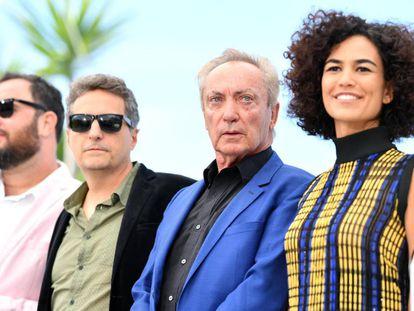 Desde la izquierda, los directores Juliano Dornelles y Kleber Mendonça Filho, y los actores Udo Kier y Bárbara Colen, en la presentación de 'Bacurau'.
