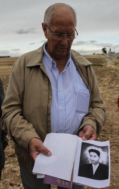 Camilo de Dios muestra una foto de su hermano fusilado antes de la exhumación.