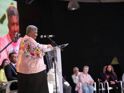 Ángela Salazar, integrante de la Comisión de la Verdad en Colombia, interviene durante el acto de instalación.