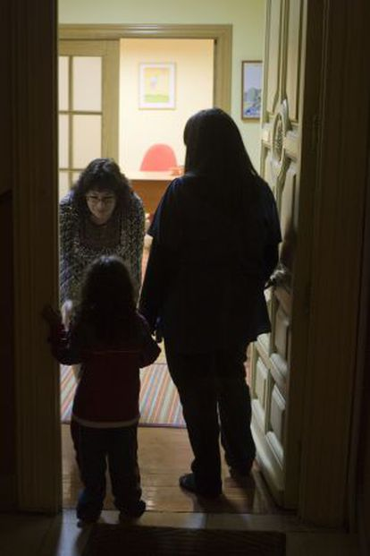 En casos conflictivos un profesional vigila el encuentro del niño y el progenitor.