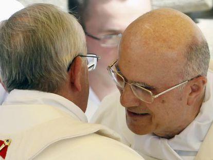 El papa Francisco (izquierda) abraza al cardenal Tarcisio Bertone el 15 de agosto.