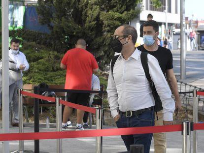 El tesorero de Podemos, Daniel de Frutos, con camisa blanca, a su llegada este lunes al juzgado.