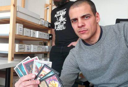 Salvador con cartas magic en la mano.