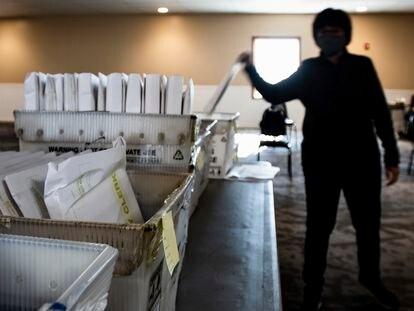 Una sala con cajas llenas de papeletas procesadas en Michigan.
