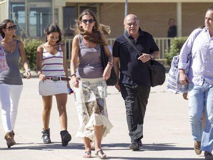 Gerardo Díaz Ferrán, de negro, acompañado de su familia a la salida de la cárcel de Soto del Real para su primer permiso penitenciario