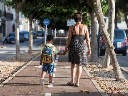 Una madre acompaña a su hijo en el primer día de colegio en la localidad de Sant Lluís, Menorca.