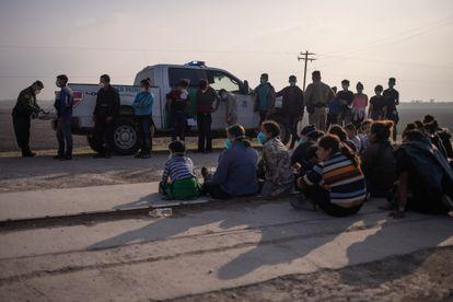 Un grupo de migrantes es detenido por la Patrulla Fronteriza, luego cruzar el río Grande hacia los Estados Unidos desde México, el 17 de marzo.