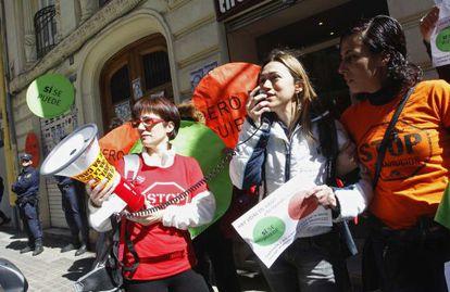 Protesta de Afectados por la Hipoteca frente a la casa de Esteban González Pons, en Valencia, el pasado miércoles.