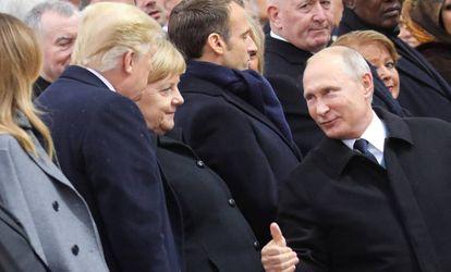 El presidente ruso, Vladimir Putin, saluda a su homólogo estadounidense, Donald Trump, en el centenario del fin de la Primera Guerra Mundial.
