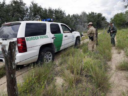 Agentes de aduanas y marines patrullando la frontera con México