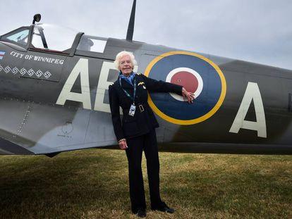 Mary Ellis posa junto a un Spitfire, en 2015 en Kent (Reino Unido).