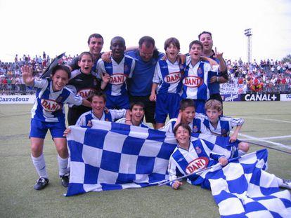 La plantilla del RCD Espanyol de Barcelona que se hizo con la victoria en la edición de 2004 de LaLiga Promises Santander. Gerard Moreno, el primero por la derecha en la fila superior.