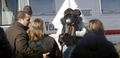 Familiares y compañeros de los policías desaparecidos cuando intentaban rescatar a un joven en la plaza del Orzán.