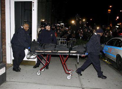 La policía traslada el cadáver de Heath Ledger, fallecido ayer en su domicilio