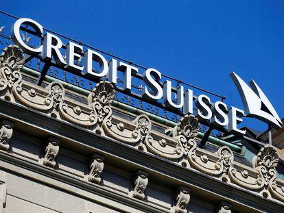 Logo de Credit Suisse en la fachada de sus oficinas en Zúrich, Suiza, el 24 de marzo.