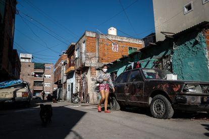 Una mujer camina en la villa 1-11-14, en Buenos Aires, el 18 de mayo.