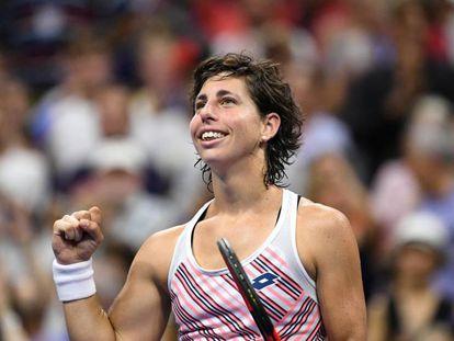 Carla Suárez celebra su triunfo contra Sharapova en Nueva York.