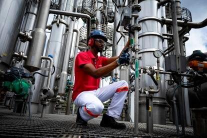 Un empleado en la fábrica de cerveza de Ambev en Barra do Piraí (Brasil).