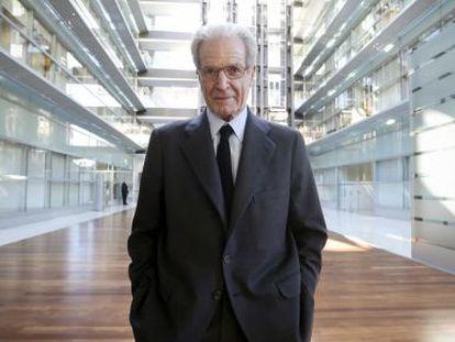 Antonio Garrigues Walker, el jueves pasado, en el patio del edificio que alberga su despacho de abogados, en Madrid.