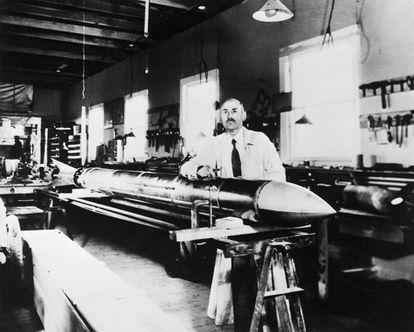 Robert Goddard, con uno de sus cohetes en Roswell (Nuevo México) en 1935.