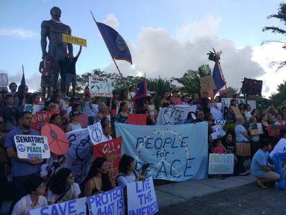 Participantes en una concentración en Guam a favor de la paz.