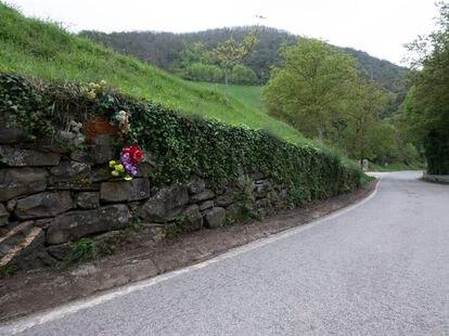 La pared en la carretera a las afueras del pueblo de La Vega, donde  familiares y admiradores reponen flores para Juanín.