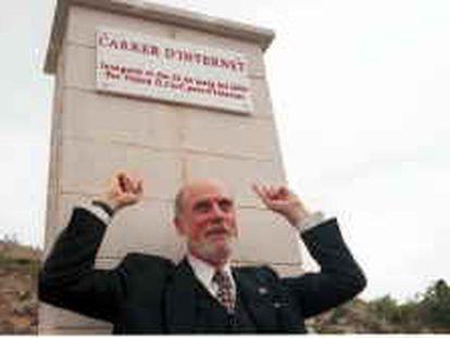 B S/N - (22/5/2000) - Color - Recibido por e-mail - Vinton G. Cerf, padre de internet, inaugura la calle que lleva su nombre en Tarragona - Foto : Josep Lluis Sellart -