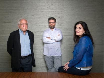 Desde la izquierda, José Álvarez Junco, Sergio del Molino y Pilar Mera Costas, el 25 de mayo en Madrid. En el vídeo, fragmentos de la conversación entre los tres participantes.